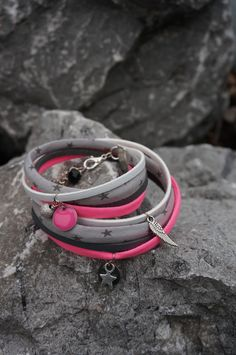 bracelet multirang en tissu et cordon en cuir et breloques assorties