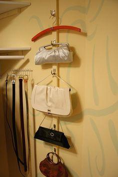 Un exhibidor para las bolsas y los cinturones