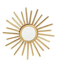 Katso! Pyöreä peili. Auringonsäteiden muotoinen kehys pintakuvioitua metallia. Nyörillinen pujotusrengas ripustusta varten. Pakkauksessa ei ole ruuvia. Peilin halkaisija 6,5 cm, kehyksen halkaisija noin 24 cm.  – Käy hm.comissa katsomassa lisää.