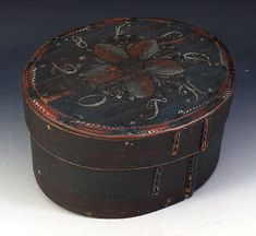 Rosemalt ask med eierinitialer og dat. 1820. L: 28 cm.