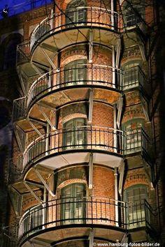 Hamburg Speicherstadt, beleuchtete Balkone