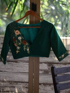 Stylish Blouse Design, Fancy Blouse Designs, Blouse Neck Designs, Blouse Patterns, Dress Indian Style, Indian Designer Wear, Flower Embroidery, Embroidery Ideas, Hand Embroidery