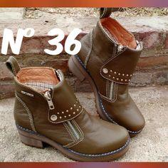 ÚLTIMO PAR!! Botas cortas de cuero N36 color verde doble cierre con solapa y detalle de tachas!  Súper cómodas #botas #dama #mujer #cuero #leather #botasdedama #estilo #boots #leatherboots #botacorta #womanboots #moda #fashion #otoño #pampamia by pampamia_