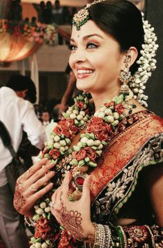 the garland around her neck though... <3