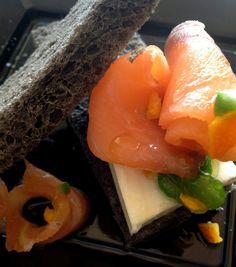 Sándwich negro de salmón con mermelada de pimiento y cítricos
