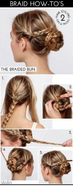 Verdeel je haar in 3 partijen en vlecht de middelste. Maak hiermee een knot. Vlecht daarna de andere 2 strengen en draai ze rond de knot.