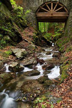 Nýznerovské vodopády - kamenný most s dřevěným hrázděním