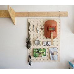 【有孔ボードDIY】フックと合わせて壁面収納を増やそう! | RoomClip mag | 暮らしとインテリアのwebマガジン Floating Shelves, Kids Room, Organization, Interior, Crafts, Home Decor, Decor Ideas, Cleaning, Google Search