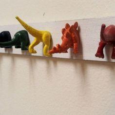 Attaccapanni fai da te con vecchi giocattoli di dinosauri