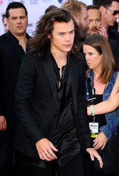 Repasamos los looks masculinos de los Premios Billboard de la Música 2015. Harry Styles, que lejos de llevar corbata o pajarita, optó por llevar la camisa abierta y lucir pecho.