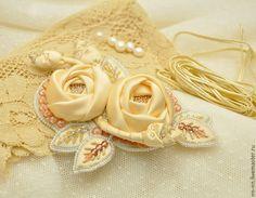 Купить Вышитая брошь с цветами и листьями кремовая экрю шёлк бисер - брошь, кремовая брошь
