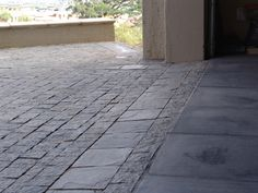 Small Flagstone Pavers border the Raven Old English Cobbled Driveway. Non-UK Driveway Materials, Building Materials, Cobbled Driveway, Resin Driveway, Flagstone Pavers, Front Gardens, Old English, Cladding, Paths