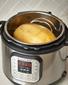 You can make cooking spaghetti squash easier and faster with an Instant Pot. This instant pot recipe is sure to make your life just that much easier. All the time you need to spend on this is 15 minutes to make your instant spaghetti squash. Multi Cooker Recipes, Slow Cooker Recipes, Crockpot Recipes, Diet Recipes, Healthy Recipes, Pressure Cooker Recipes Vegetarian, Veggie Recipes, Pressure Cooking Recipes, Veggie Meals
