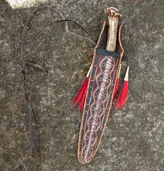 Contemporary Makers: Shawn Webster Quilled Knife Sheath with a Max Soaper Knife Native American Clothing, Native American Regalia, Native American Artifacts, Native American Fashion, Woodland Indians, Longhunter, Seven Years' War, Knife Sheath, Work Bags