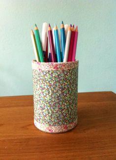 Récupération d'une boîte de conserve, parée de liberty elle a eu une seconde vie en joli pot à crayons