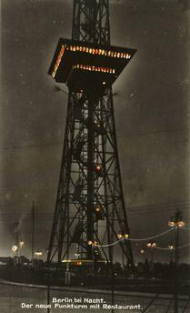 """Berlin-Charlottenburg, Funkturm (1924–26 erbaut nach Entwurf von Heinrich Straumer).  """"Berlin bei Nacht. Der neue Funkturm mit Restaurant"""".  Fotopostkarte, koloriert, um 1930."""