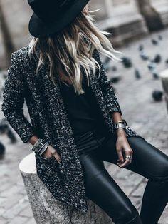 un pantalon cuir pour une tenue urban chic, un cardigan de tweed, une superposition de bijoux