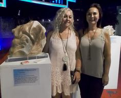 La escultora Elisabet Ibañez Ferrer junto a Begoña Dominguez García.