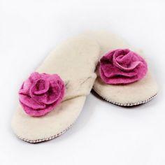 Women felted wool slippers, flip flops, leather soles. Handmade. Papuci din lana cu talpa de piele, lucrati manual. Felted Wool Slippers, Sheep Wool, Wool Felt, Lana, Flip Flops, Leather, Handmade, Women, Hand Made