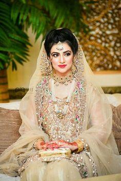 Ditch the Regular jewellery & try the new Offbeat Bridal Jewellery trend! Pakistani Bridal Makeup, Bridal Mehndi Dresses, Walima Dress, Pakistani Wedding Outfits, Shadi Dresses, Bridal Hijab, Bridal Outfits, Bridal Hair, Bridal Makeup Looks