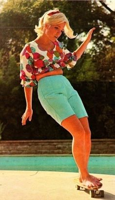 Patti McGee - first female professional skateboarder. McGee was the 1965 Woman's first National Skateboard Champion in Santa Monica. And she is skate boarding barefoot! Skateboards Vintage, Patti Mcgee, Skates Vintage, Boyfriend Look, Moda Retro, Skate Girl, Skateboard Girl, Finger Skateboard, Pop Punk