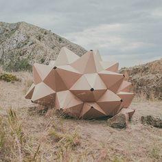 Helis est une micro architecture imaginée par ootro estudio, un jeune studio espagnol installé au sud d'Alicante. Constituée d'une coque aux géométries pyramidales elle forme un abri éphémère dédié au repos et à la contemplation du paysage. ...