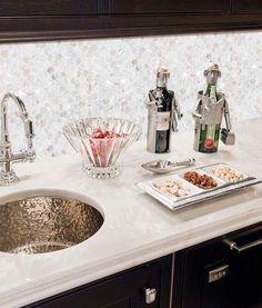 Eine Küche Backsplash von Perlmutt sieht mit einer Marmor-Arbeitsplatte und einem Kupfer-Waschbecken erstaunlich aus