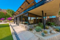 Walter S. White's Alexander Home: Vivid Mid-Century in Palms Springs - Mid Century Home Modern Exterior, Mid Century House, Mid Century Modern Design, Patio Design, Palm Springs, Modern Architecture, Mid-century Modern, Modern Homes, Palms