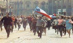 "20 de agosto de 1968 – La ""Primavera de Praga"" | Adribosch's Blog Marie Curie, Mahatma Gandhi, James Dean, Steve Jobs, Cultura Pop, Cold War, Czech Republic, Prague Cz, Charles Chaplin"