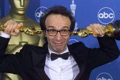 """Con dos premios Oscar a su película \""""La Vida es Bella\"""", Roberto Benigni posa en el Dorothy Chandler Pavilion de Los Ángeles durante la 71 edición de los premios anuales en 1999."""