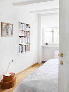 Madeleinen makuuhuone sijaitsee ylimmässä kerroksessa, jossa vanha seinäsyvennys on hyödynnetty kirjahyllykäyttöön. Lattialla De Padovan soikeiden Shaker-laatikoiden päällä on Ingo Maurerin Lucellino-valaisin. Sen yläpuolella seinällä roikkuu Maria Magdalena, joka on lahja Madeleinen pomolta vaimoineen.