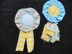 Zwei Anstecker aus verschiedenen Vintagestoffen.     Der Preis bezieht sich  auf EINEN Anstecker!      - Türkis mit gelber Mitte  - Lindgrün mit hellb