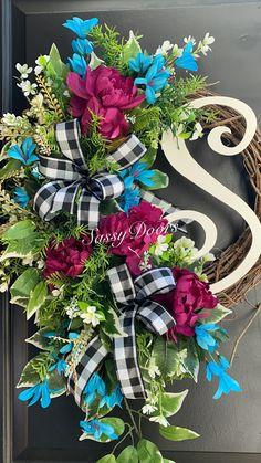 Custom And Unique Door Wreaths Christmas Wreaths For Front Door, Holiday Wreaths, Door Wreaths, Diy Christmas, Yarn Wreaths, Winter Wreaths, Floral Wreaths, Diy Spring Wreath, Diy Wreath