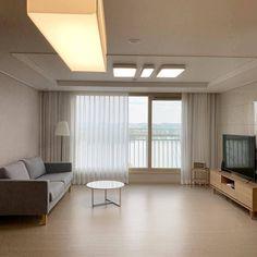 군더더기 없는 미니멀리즘 인테리어 . 창문 너머로 보이는 뷰까지 깔끔해 . @__page.425 님의 제보🏠 . 제보는 언제나 환영 Interior Design Living Room, Living Room Decor, Bedroom Decor, Living Rooms, Sustainable Design, Design Trends, Design Inspiration, House, Condo