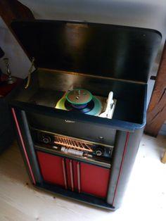 Es muß nicht immer alles original restauriert werden. Graetz Musiktruhe 178W Baujahr 1954. Das Furnier war nicht mehr zu retten. Daher jetzt auch mit Bluetooth :-)