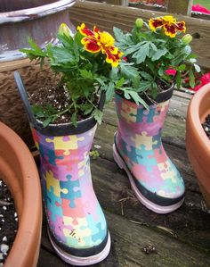 Sounds outright crazy or is difficult to imagine footwear being turned to a pot? You heard it right. Look at this DIY idea to turn your old shoes into some beautiful garden pots. Cool Diy Projects, Diy Crafts For Kids, Upcycling Projects, Outdoor Projects, Old Washing Machine, Earth Day Crafts, Old Boots, Garden Pots, Garden Ideas