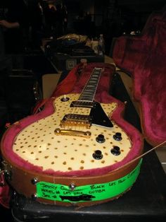 Jerry Cantrell's spotted Gibson (DT)