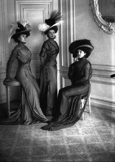 The Belle Epoque Body-con Dress That Was Too Sexy for Paris Moda de la época porfiriana. 1900s Fashion, Edwardian Fashion, Vintage Fashion, Women's Fashion, Paris Fashion, Belle Epoque, Mode Vintage, Vintage Ladies, Fotografia Retro