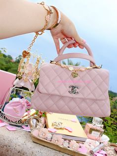 Designer Handbags and Discount Shopping. Everyone wants brand name accessories, especially in the trendy fashion circles. Many of us have been tempted to buy one of those Louis Vuitton replicas, Burberry Handbags, Chanel Handbags, Purses And Handbags, Chanel Bags, Ladies Handbags, Coco Chanel, Design Logo, Gucci, Cute Bags