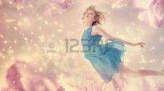 milagros: Mujer hermosa en un vestido azul del vuelo en una flor de fantasía rosa peonía