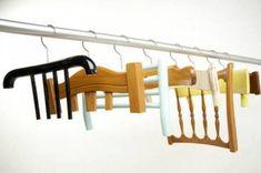 Des dossiers de chaises transformés en cintres