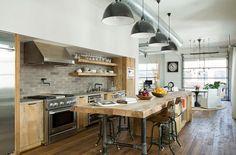 industrielle küche hölzerne kücheninsel große pendelleuchten