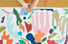 Vormen van (bijvoorbeeld) Matisse uitknippen en daar op een groot vel een compositie mee maken 😆