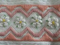 white flowers made with rick rack and the rest embroidered rand borduren met bloemetjes van zig zag lint