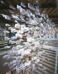 Marisa: En esta tienda de Nike en Tokyo utilizan el recurso de los espejos para dar una sensación laberíntica y que parezcan más cantidad de zapatillas.