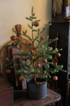 Stunning Primitive Christmas Decorations Ideas - Christmas Celebration - All abo. - Emma Lee home Primitive Christmas Decorating, Primitive Christmas Tree, Noel Christmas, Country Christmas, Winter Christmas, Vintage Christmas, Christmas Crafts, Christmas Decorations, Primitive Decor