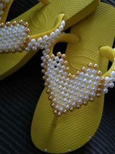 sandália havaiana decorada com coração de péroas Slide Flip Flops, Flip Flop Shoes, Napkin Origami, Bead Loom Designs, Decorating Flip Flops, Japanese Patchwork, Toe Ring Sandals, Beaded Sandals, Crochet Videos