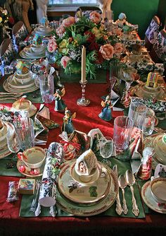 Gorgeous Holiday Tablescape! Love the little angels!! <3