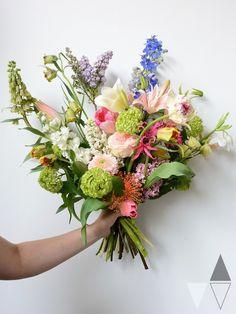 In dit boeket in samenwerking met bloemist Meent & Bouman vindt je alle soorten en maten, kleuren en geuren aan voorjaarsboeiers.