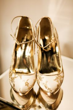 Gold wedding shoes  | Gold wedding inspiration | The ultimate gold wedding More on http://www.xaazablog.com/gold-wedding/ #goldwedding #weddingcolors #goldweddingshoes